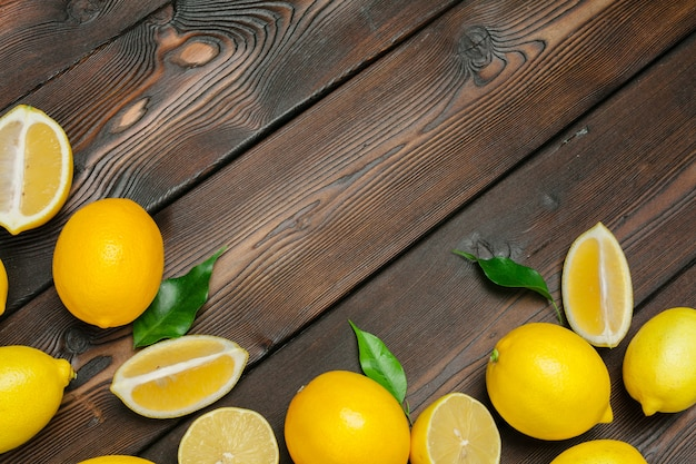 Citrons frais sur fond de table en bois