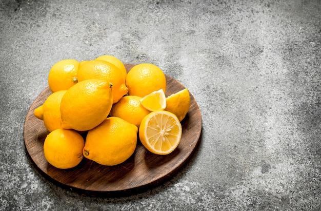 Citrons frais sur le plateau.