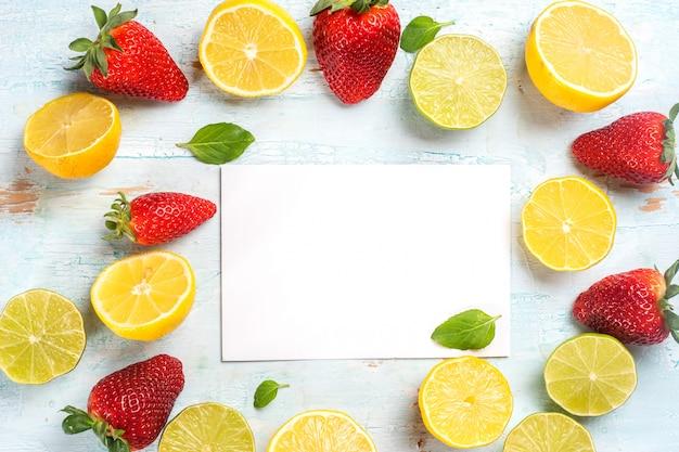 Citrons et fraises sur le bois bleu