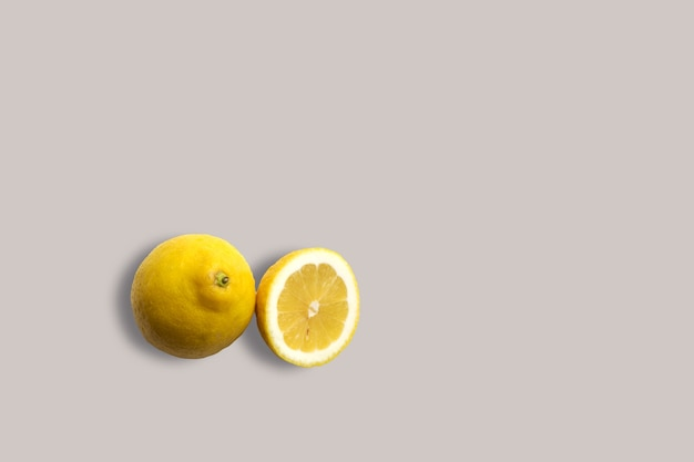 Citrons jaunes frais sur fond blanc pour le menu. fond géométrique. mise à plat, espace de copie, vue de dessus.
