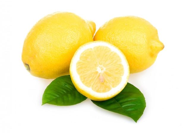 Citrons jaunes mûrs isolés sur fond blanc