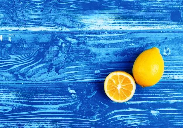 Citrons magnifiques et mûrs sur une table en bois bleue