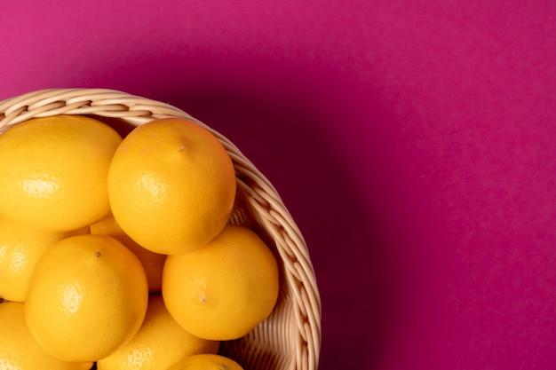 Citrons mûrs sur table rose vif