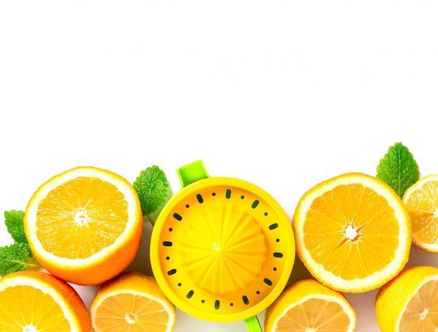 Citrons et oranges coupés en deux se trouvent dans une rangée, vue de dessus. agrumes et feuilles de menthe pour faire de la limonade, copiez l'espace.