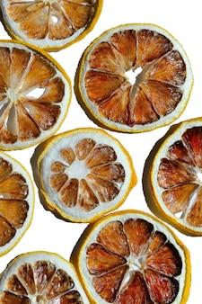 Citrons séchés sur fond blanc. vue de dessus. isolé.