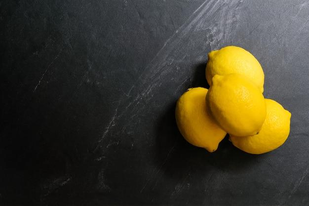 Les citrons sont sur la table en pierre. vue de dessus avec espace de copie, pose à plat. image clé faible.