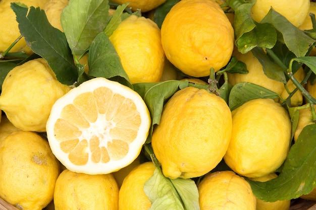 Citrons de sorrente sur le marché local avec un demi-citron se bouchent