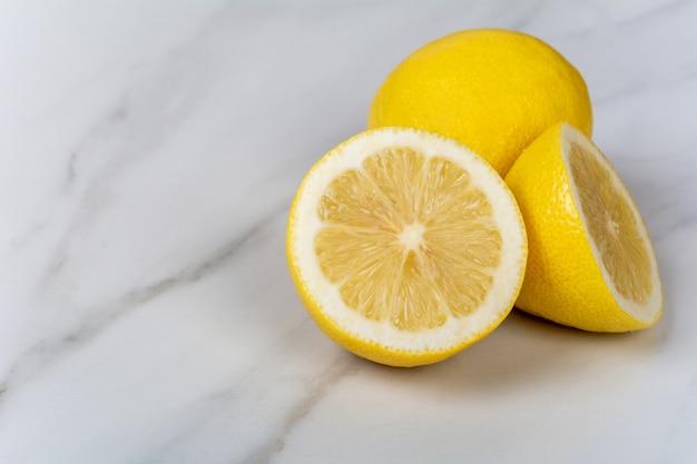 Citrons et tranches.