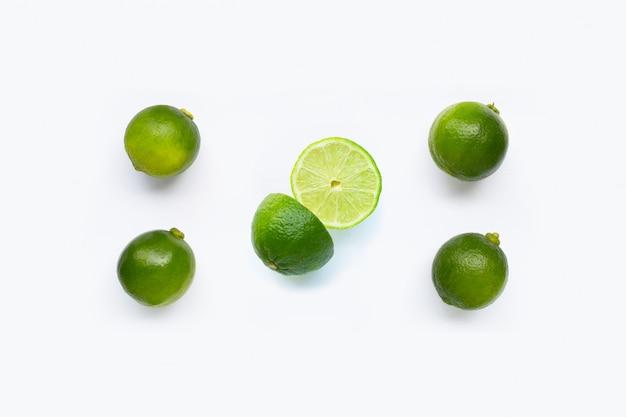 Citrons verts frais sur blanc