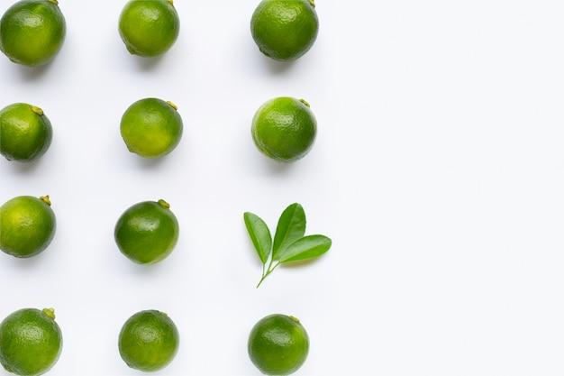 Citrons verts frais avec des feuilles isolées