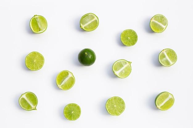 Citrons verts frais sur fond blanc. vue de dessus