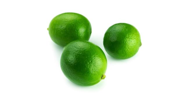 Citrons verts frais sur fond blanc