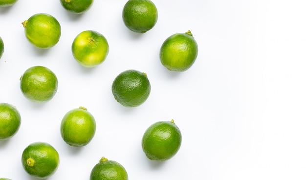 Citrons verts frais isolés sur fond blanc.