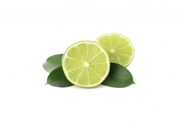 Citrons verts mûrs juteux isolés sur fond blanc