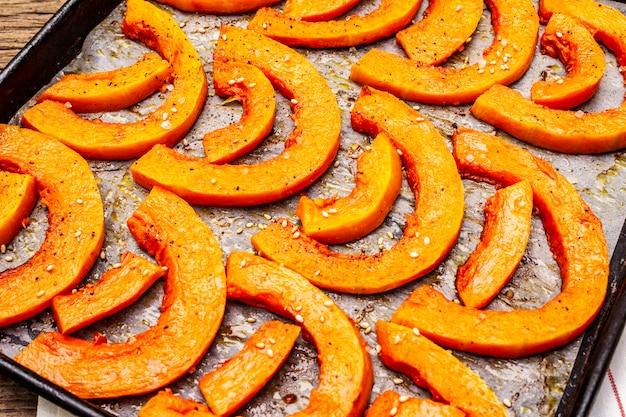 Citrouille au four avec de l'huile végétale, des graines de sésame et des épices. concept d'aliments sains végétaliens (végétariens)