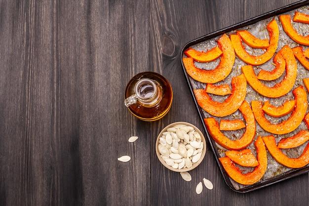 Citrouille au four avec de l'huile végétale, des graines de sésame et des épices. fond de concept de nourriture saine végétalienne (végétarienne)