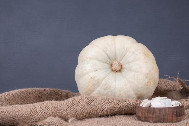 Citrouille aux graines sur toile de jute.
