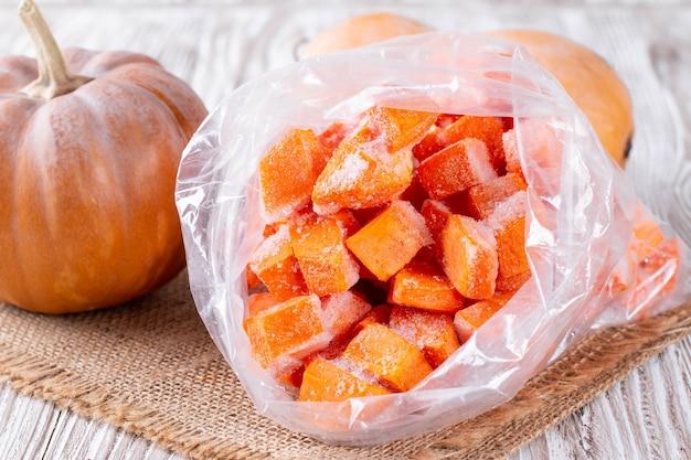 Citrouille congelée dans un sac en plastique. légumes contenant du carotène