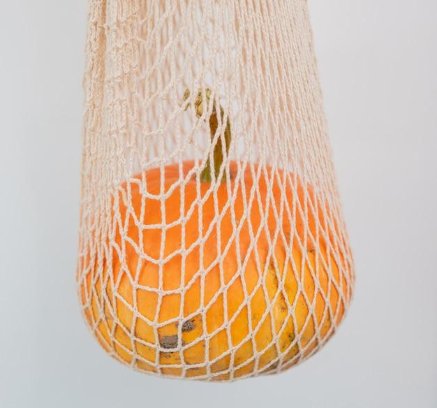 Citrouille dans un sac en filet blanc