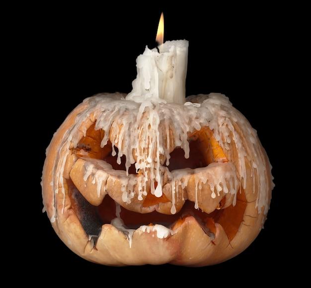 Citrouille d'halloween et bougie. isolé sur noir