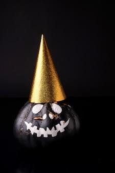 Citrouille d'halloween effrayante isolée sur fond noir. visages effrayants tromper ou traiter