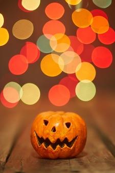 Citrouille d'halloween sur un fond de lumières bokeh