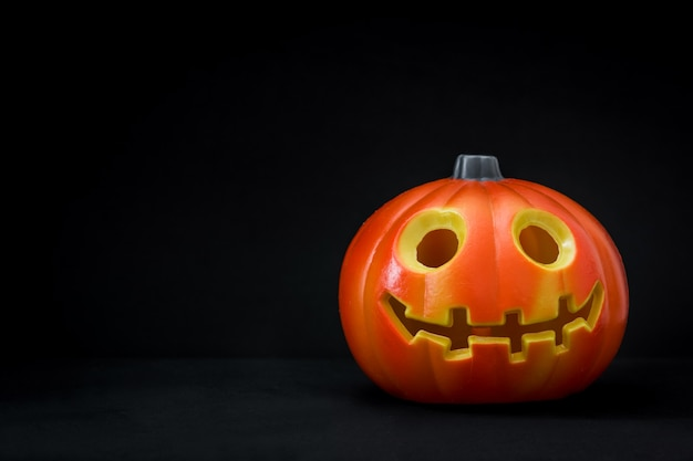 Citrouille d'halloween sur fond noir. espace de copie