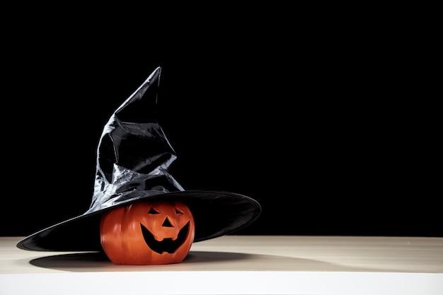 Citrouille d'halloween jack o lantern avec chapeau de sorcières
