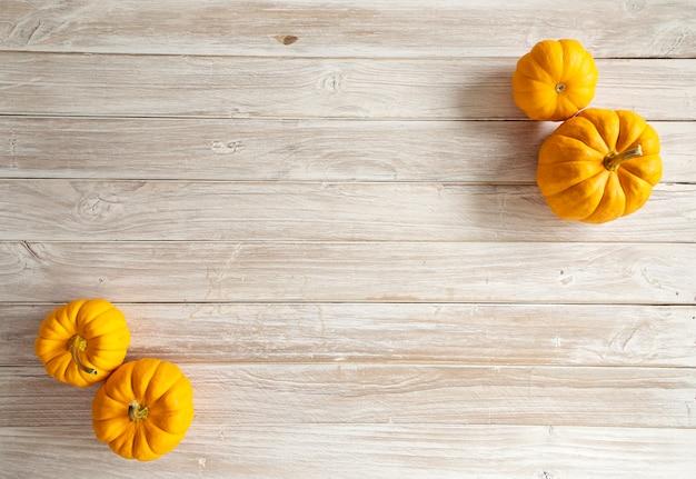 Citrouille d'halloween sur la planche de bois