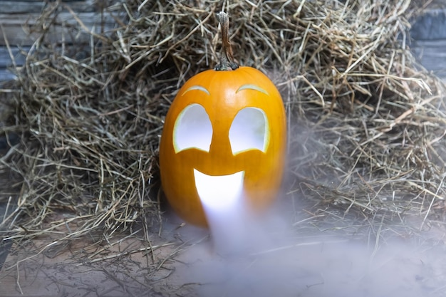 Citrouille heureuse jaune et très drôle pour la célébration d'halloween avec de la fumée ou de la vapeur de la bouche