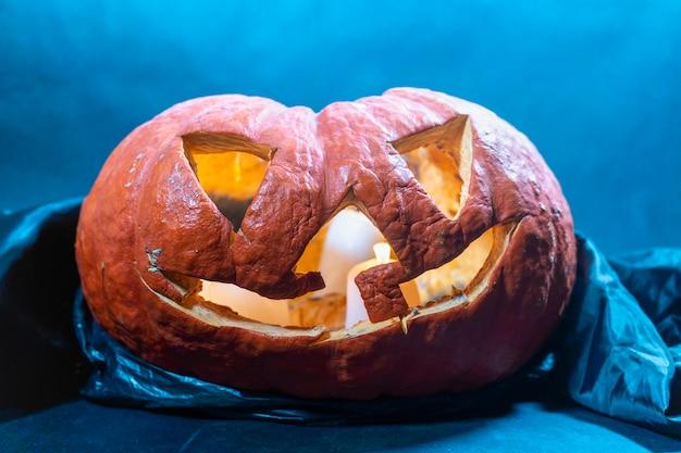 Citrouille jack o lantern avec feu et fumée. fête d'halloween. accessoires d'halloween dans le noir à