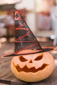 Citrouille sculptée avec chapeau de sorcière