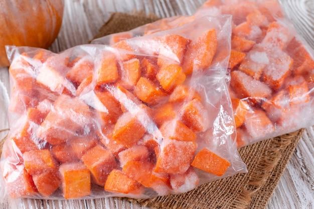 Citrouille surgelée en tranches dans un sac en plastique. légumes contenant du carotène