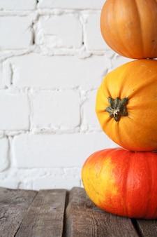 Citrouilles d'automne gros plan sur la table de thanksgiving
