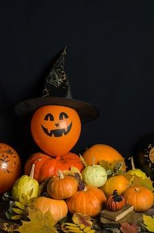Citrouilles et ballons avec feuilles d'automne et décoration d'halloween