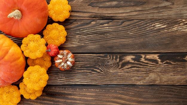 Citrouilles colorées plates sur fond en bois
