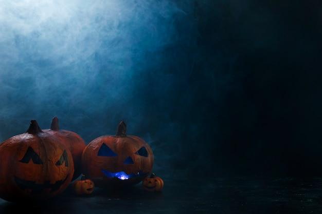 Citrouilles décoratives d'halloween avec éclairage intérieur et fumée