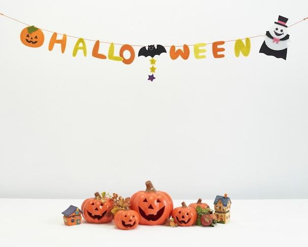 Citrouilles décoratives pour halloween sur fond blanc