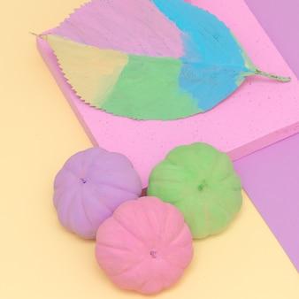Citrouilles et feuilles peintes. composition de vanille d'automne. conception artisanale minimale des saisons d'automne à plat