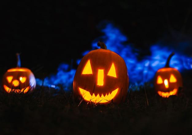 Citrouilles d'halloween sur bleu avec de la fumée