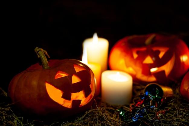 Citrouilles d'halloween et bougies sur une pièce sombre