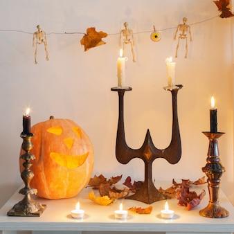Citrouilles d'halloween avec bougies sur table en bois