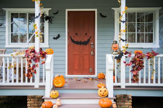 Citrouilles d'halloween et décorations à l'extérieur d'une maison