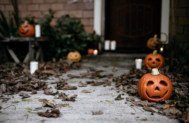 Citrouilles d'halloween et décorations en plein air