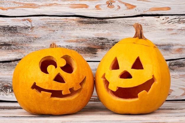Citrouilles d'halloween drôles sur fond en bois.