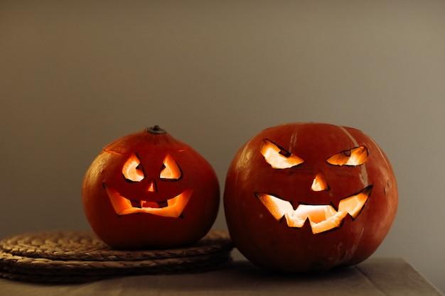 Citrouilles d'halloween effrayantes avec les yeux sur la table à la maison
