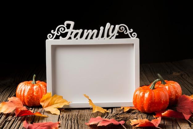 Citrouilles d'halloween avec feuilles et cadre de maquette