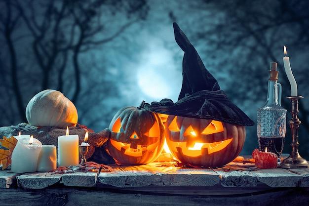 Citrouilles d'halloween sur fond bleu forêt foncé