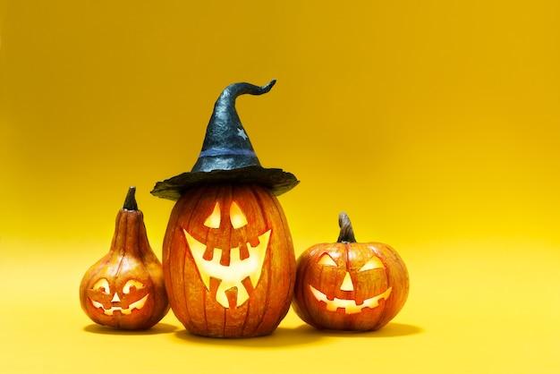 Citrouilles d'halloween sur fond de papier jaune.