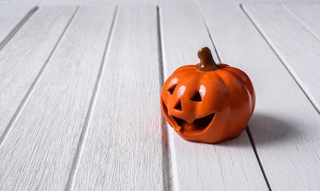 Citrouilles d'halloween sur fond de plancher en bois